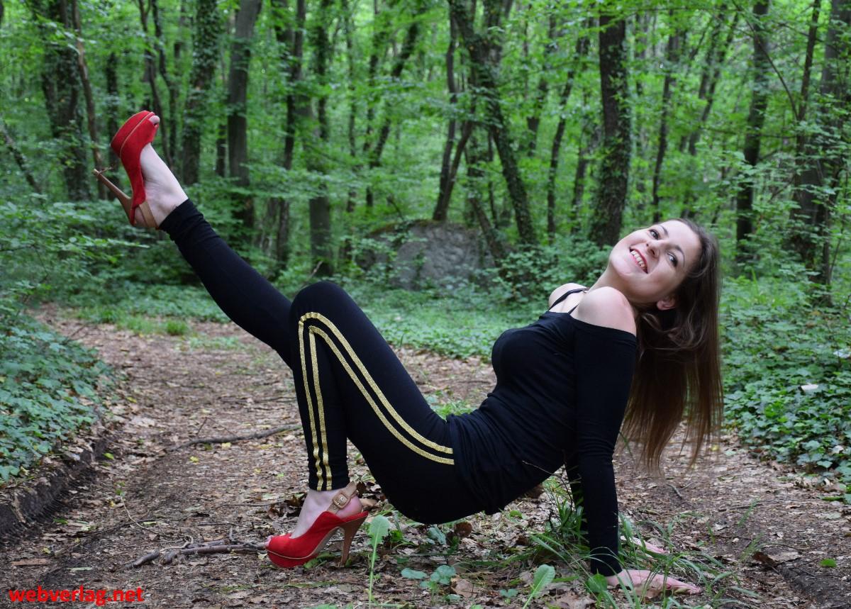 Schwarze Leggings mit gelben Doppelstreifen und roten High heels